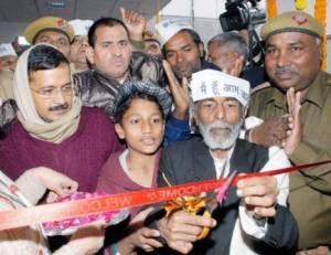 Kejri @ hospital ward inauguration by Vijay baba, a rickshawala